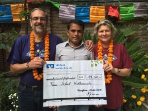 Von links nach rechts: Herr Kölle, Herr Jay Prakash Pal, Frau Kerria Kölle (als Repräsentantin des AAG sowie des Fördervereins von AAG und SLRRS)